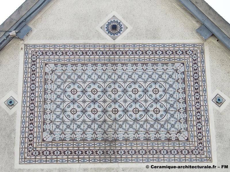 Beauvais (60), pose des carreaux de grès cérame en tapis sur un mur, O. Colozier à St Just des Marais (60)