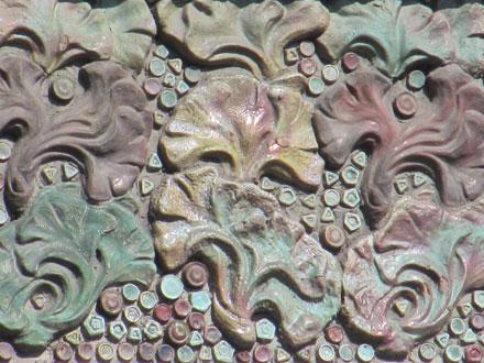 Eléments en grès incrustés dans le ciment, 95 rue Gambetta à Paris