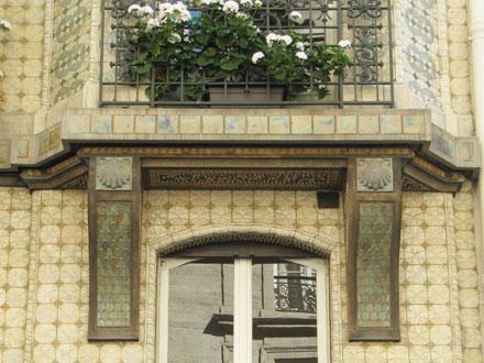 Coquilles Saint-Jacques, feuilles lancéolées et carreaux de grès, 21 et 21 bis rue Leroux à Paris