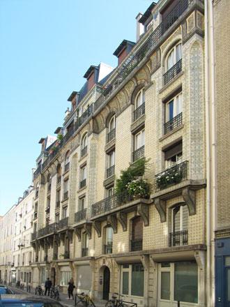 Façade recouverte de grès, 21 et 21 bis rue Leroux à Paris
