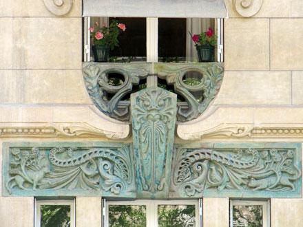 Chats, oiseaux et animal énigmatique, 29 avenue Rapp à Paris