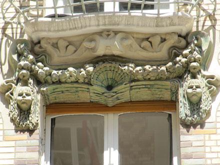 Coquille sur le linteau, square Rapp à Paris