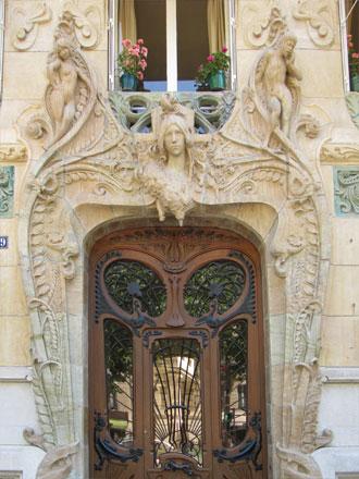 Encadrement de la porte à connotation sexuelle*, 29 avenue Rapp à Paris
