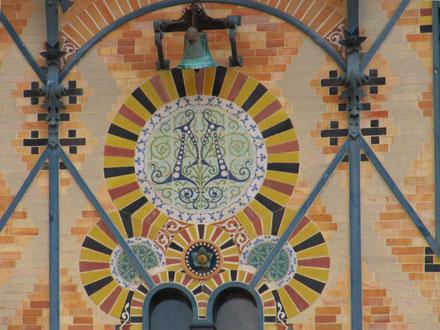 Monogramme, arabesques, rosace, cercles de briques émaillées