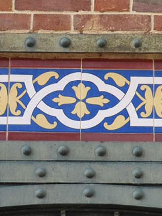 Frise figurant au catalogue de la Faïencerie de Creil et Montereau à l'époque de la construction