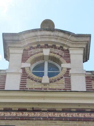 Carreaux de Boulenger d'Auneuil sur le bâtiment des Pompes