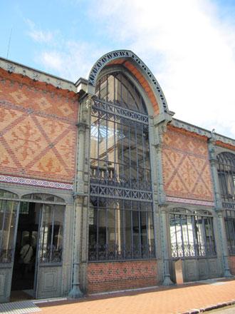 Entrée nord du bâtiment des refroidisseurs, frise figurant au catalogue de la Faïencerie de Creil et Montereau