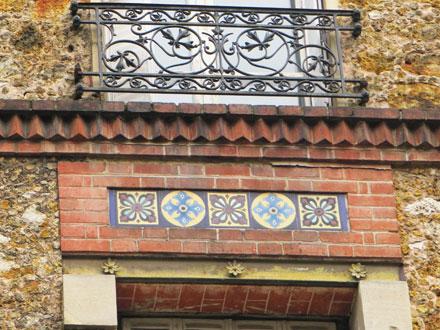 Carreaux rosace (4) et croix (10), posés en frise