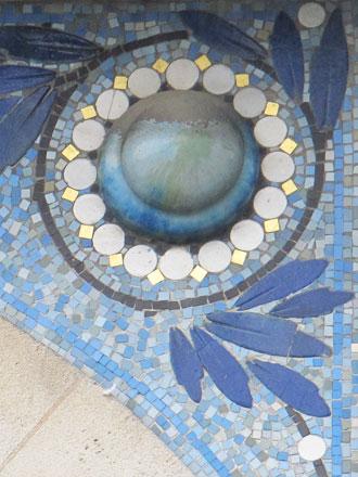 Cabochon inclus dans le motif en mosaïque à Charleville-Mézières (08)