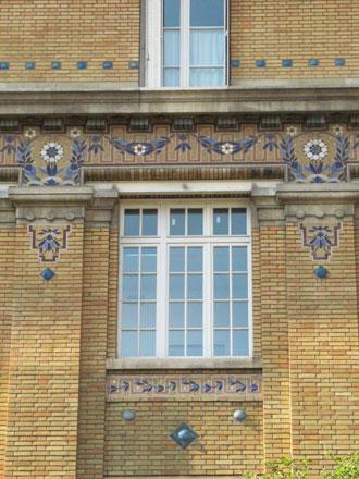 Guirlandes, frettes et cabochons sur l'école de la rue Neuve-Saint-Pierre à Paris (75)