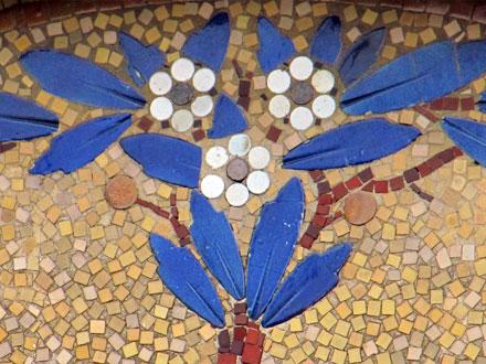 Bouquet de fleurs sur un pavillon à Enghien (95)