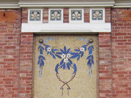 Guirlande de fleurs sur un pavillon à Enghien (95)