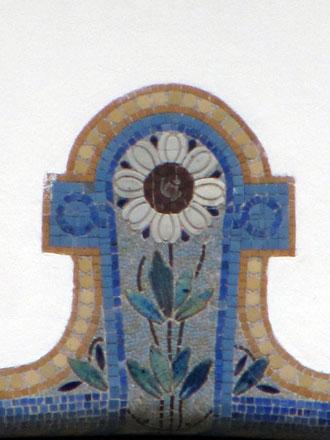 Motif floral sur l'arc d'une fenêtre au Raincy (93), vers 1911