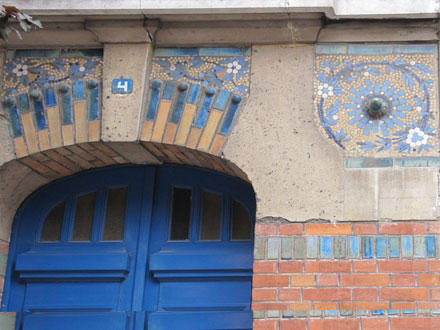 Mosaïque ressemblant à celles de Gentil & Bourdet, rue Ferry à Saint-Ouen (93), 1912