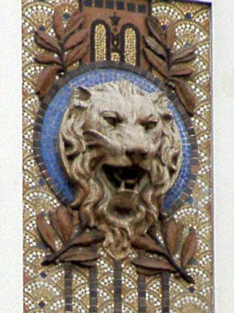 Ecailles en fond de décor, tête de lion en relief sur les anciens établissements Verdier, 19 bd de Strasbourg à Paris (75), 1914/1916