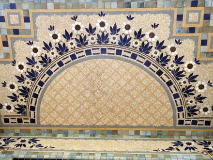 Croisillons en fond de décor floral en mosaïque, carreaux de grès émaillé, sous l'auvent du Pavillon du Verdurier (1919)