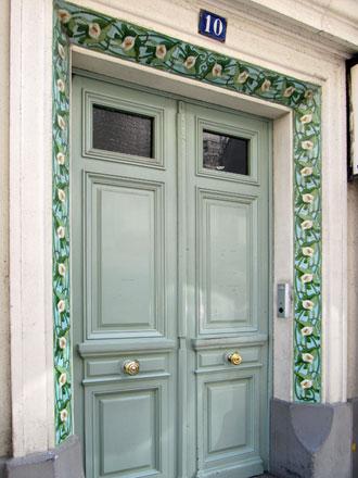 Frise Arum en encadrement de porte, à Courbevoie (92)
