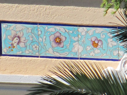 Frise de Théodore Deck décorant la demeure à Saint-Raphaël