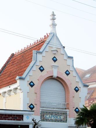 Villa « CAPRICE », décors de toiture, panneau et cabochons