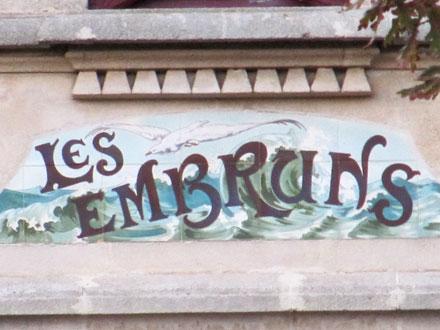 Panneau villa « LES EMBRUNS », associé à des cabochons Hte Boulenger & Cie