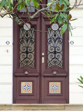 Décor céramique inclus dans une porte en bois