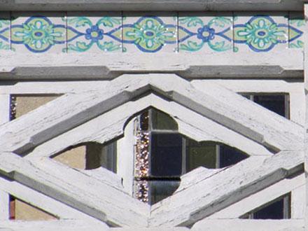Frise intégrée à un balcon en bois, Eric Courcy