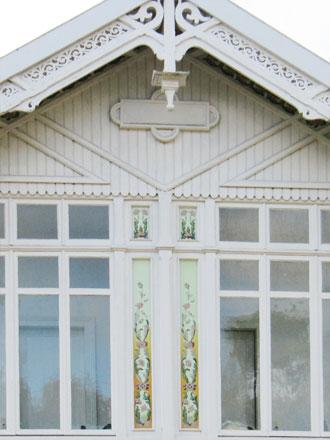 Panneaux représentant des pavots sur un oriel