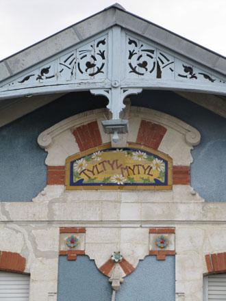 Panneau villa « TYLTYL-MYTYL », associé à des rosaces de Sarreguemines, Digoin Vitry-le-François