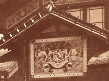 Panneau de faïence ajouté spécialement avec les armes d'Hawaï – extrait de la photo de 1889 coll° Ph. Le Port