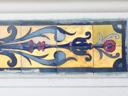 Panneau de faïence ornant les linteaux du rez-de-chaussée