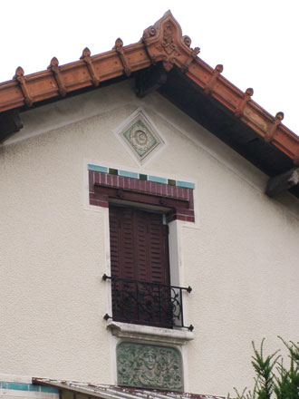 Panneau de grès de style Art Nouveau, associé à une rosace d'Emile Muller & Cie