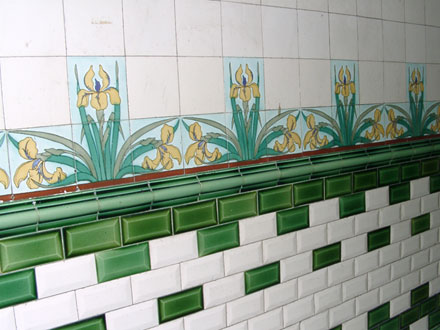 Carreaux métro et frise florale, hall d'immeuble