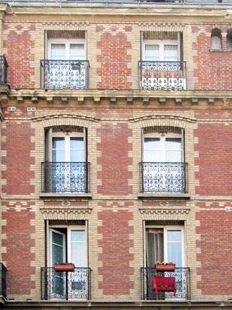 Rue Hoche, 2 couleurs de briques formant décors différents à chaque étage, briques en saillie