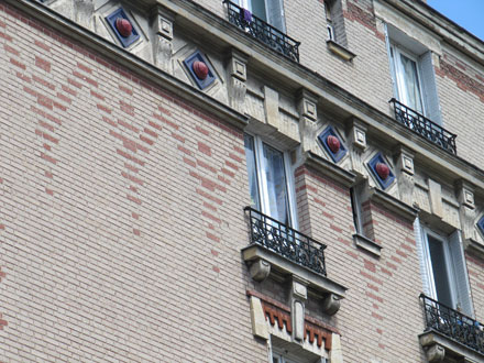 41 rue Cartier Bresson, jeux de briques de deux couleurs et cabochons émaillés