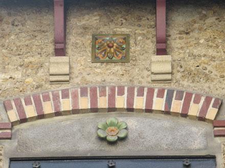 Rue Cornet, meulière, brique, métope et rosace Brault Gilardoni