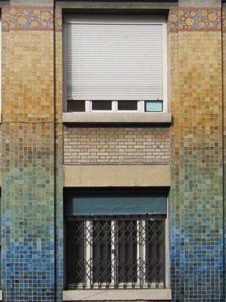 Crèche, 25 rue Berthier, carreaux de grès émaillés en dégradés de couleurs, mosaïque, dans le style de Gentil & Bourdet