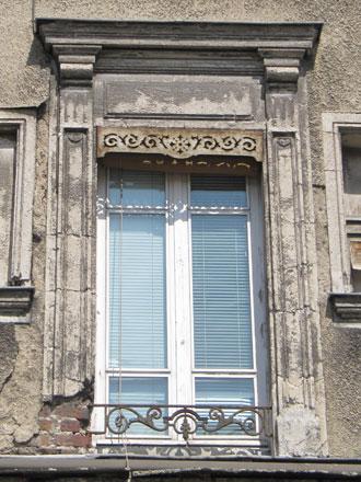 36 rue Hoche, briques sous le revêtement et les moulures