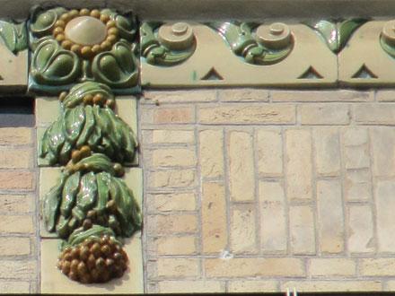 9 rue Denis Papin, reliefs émaillés E. Muller & Cie