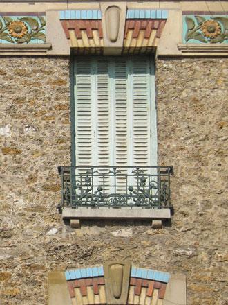 Rue Jacquart, meulière, brique, frises en relief émaillé Jules Loebnitz