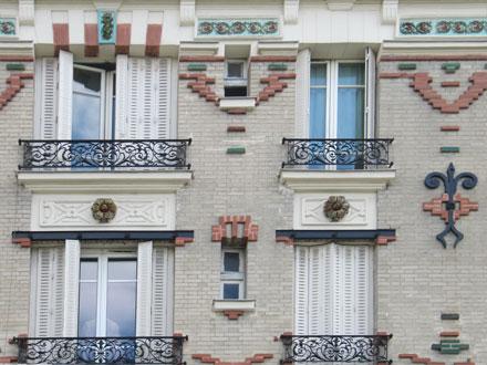 28 rue Josserand, deux couleurs de briques et briques émaillées en saillie, frise en relief émaillé de Brocard & Leclerc