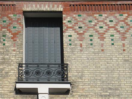 Manufacture Louis, rue Victor Hugo, motif illimité composé de deux couleurs de briques et de briques émaillées