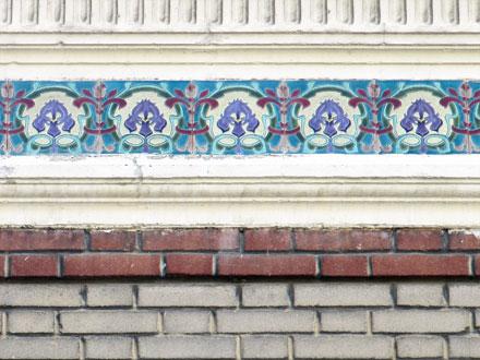 Rue Rouget de l'Isle, carreaux formant frise