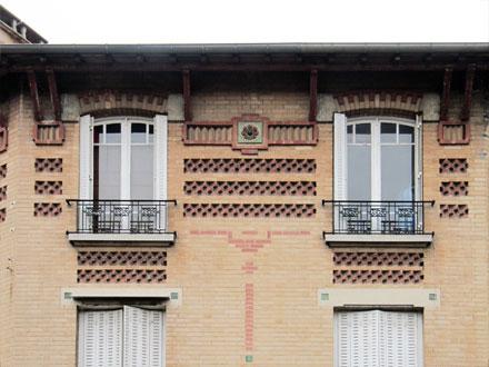 Bandeau de briques posées à redents et cabochon de Ch. Fourmaintraux & Delassus