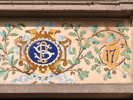 Monogramme et numéro dans la rue