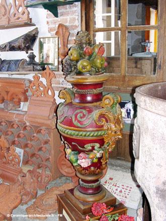 Décors de toiture en terre cuite et pot à décors en relief peints – ph.2006