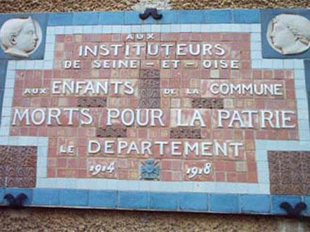 Plaque commémorative apposée sur l'école de Chalo-Saint-Mars, Essonne, autrefois en Seine-et-Oise