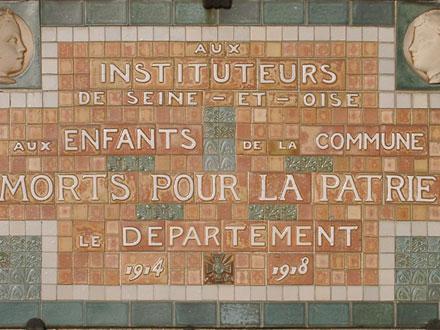 Plaque apposée début des années 1920 sur les écoles de l'ex Seine et Oise, ici à Sevran (93)