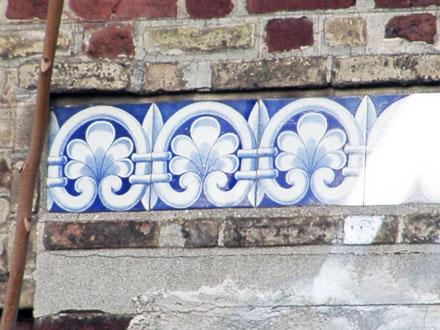 Frise des Faïenceries de Creil et Montereau, maison dégradée puis démolie (93)