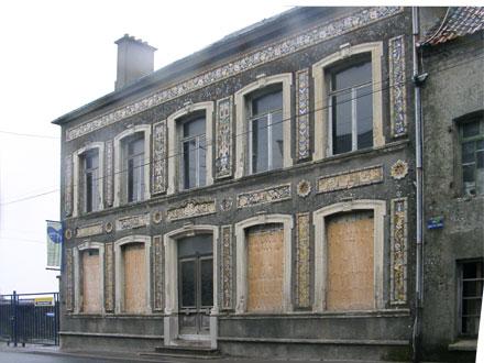 Propriété des céramistes Fourmaintraux, démolie, frises déposées au musée de Desvres (62)