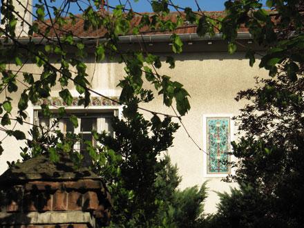 Frise et panneau en relief émaillé d'Emile Muller & Cie, maison menacée de démolition à Gagny (93)